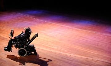 Інвалідне крісло вченого Стівена Гокінга виставили на аукціон