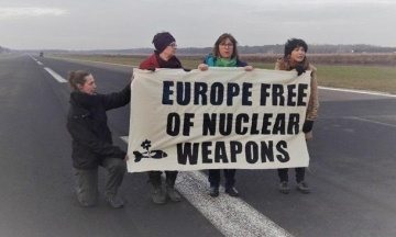 В Бельгии задержали четырех евродепутатов, которые митинговали против ядерного оружия США