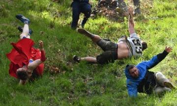Сотні британців покотилися з пагорба. В англійському містечку пройшло змагання з катання сиру