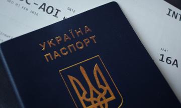 В Харькове женщина и ее дети выбросили загранпаспорта, потому что их не выпустили в Турцию. Полиция составила на нее протоколы