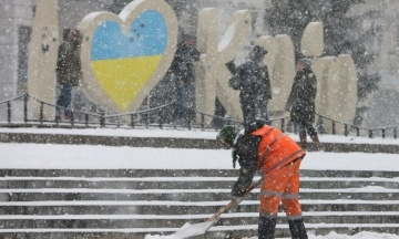 У Києві через снігопад сталося 300 ДТП за кілька годин. У заторах стояли і комунальники