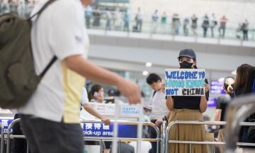 Аэропорт Гонконга отменил все рейсы из-за протестов в главном терминале