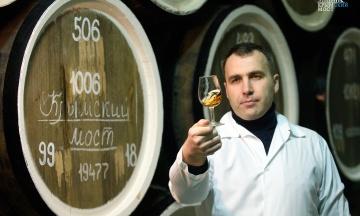 В России выпустят вино «Крымский мост». Его начнут продавать, когда на полуостров поедут поезда
