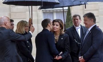 Церемонія біля Тріумфальної арки: Трамп не дійшов до потиску руки Порошенку, Макрон розцілував Марину
