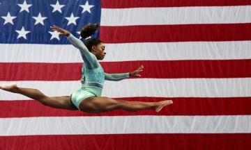 Гимнастка Симона Байлз стала первой в истории женщиной, выполнившей двойное сальто назад с поворотом на 720 градусов