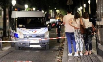 У Парижі чоловік з ножем і залізним прутом напав на перехожих. Поранено сім осіб