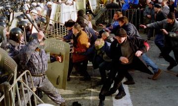 18 лет назад в Киеве состоялись массовые стычки «Беркута» с участниками акции «Украина без Кучмы». theБабель впервые публикует уникальные фото и вспоминает историю протестов