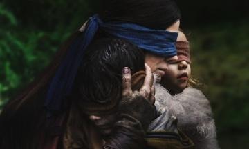 Фільм жахів «Пташиний короб» породив новий флешмоб. Люди із зав'язаними очима намагаються робити повсякденні справи