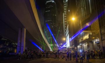 В Гонконге протестующие применяют лазеры. Так они пытаются помешать системам распознавания лиц