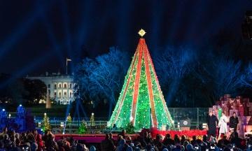 Дональд Трамп с женой Меланией зажгли огни на главной елке Белого дома