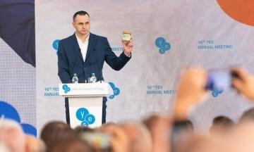 Сенцов подарував Зеленському банку з власним тюремним знаком. Він просить заповнити її знаками інших звільнених українців