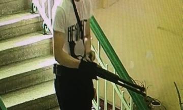 РосЗМІ опублікували відео з камер спостереження під час розстрілу в керченському коледжі. Підозрюють, що у Рослякова був спільник