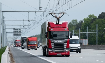 У Німеччині відкрили частину електромагістралі. Їдучи нею, вантажівки можуть зарядити акумулятори