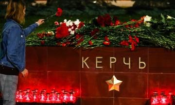 Игрушки, цветы, слезы. Керчь оплакивает погибших в теракте