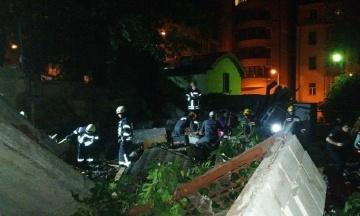 Ночью: В Киеве взрыв уничтожил три гаража, Трамп признался, что думает об НЛО, а в Украине празднуют Троицу
