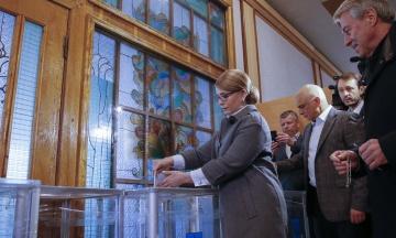 Тимошенко проголосувала в Києві. На дільниці утворився натовп