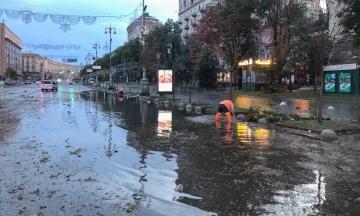 Наслідки нічної грози в Києві: залитий брудом Хрещатик, повалені дерева і потоп в «Метрограді»