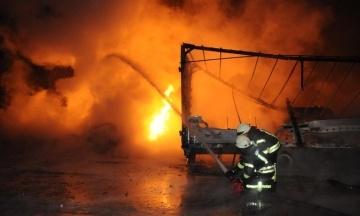Вночі: у Кропивницькому загасили масштабну пожежу на автостоянці, у Сімферополі заарештували дев'ятьох кримських татар, а в Середземному морі мігранти захопили корабель