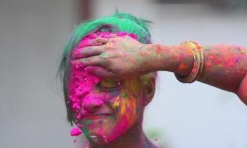 В Індії розпочався весняний Фестиваль Холі: люди обсипають один одного різнокольоровою пудрою. Як це виглядає