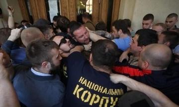 Активісти «Нацкорпусу» виламали двері Львівської мерії. Вони хотіли потрапити всередину та зустрітися з заступником Садового, але їх не пустили