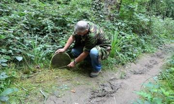 Британець знайшов у лісі 130-літній надгробок. Виявилося, що там похована не людина