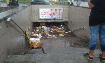 Вулиці Києва затопило після дощу. Змило шляхопровід та переходи, воду відкачують помпами