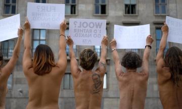 Активістки PETA влаштували на Берлінському тижні моди «голу» акцію проти використання шкіри та хутра