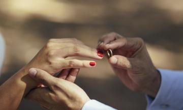 Украинский чиновник позвал замуж сожительницу, поскольку «устал объяснять» НАПК ее имущество