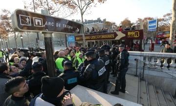 Зіткнення в Парижі: поліція затримала 35 осіб, восьмеро отримали поранення