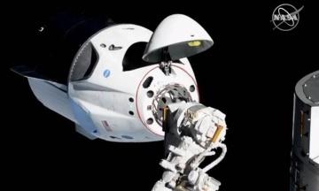 Космический корабль Crew Dragon отстыковался от МКС и возвращается на Землю