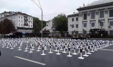 Проспект перед посольством Росії в Києві «замостили» хрестами з портретами загиблих під Іловайском. Фотографія