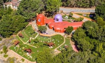 «Більмо на оці та не відповідає стандартам». Місто в Каліфорнії подало до суду на власницю будинку «Флінстоунів» через декор у дворі
