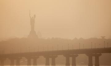 Ледь помітна «Батьківщина-мати» і нульова видимість. Фотографії пилової бурі в Києві