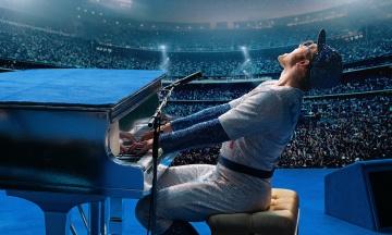 У Росії цензурували фільм «Рокетмен» про Елтона Джона. З нього вирізали сцени з наркотиками й одностатевим сексом