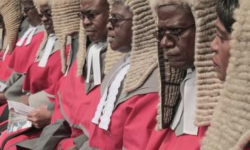 «Це нагадує про колоніальне минуле». Громадяни Зімбабве обурилися закупівлями перук для суддів за 118 тисяч фунтів