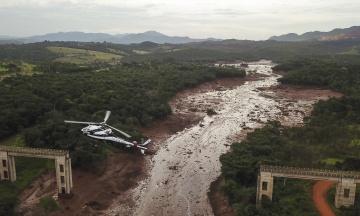 Ночью: в Бразилии возросло число жертв прорыва дамбы, в ЕС хотят оставить Huawei без 5G, а в Сингапуре у самолета треснуло лобовое стекло во время полета