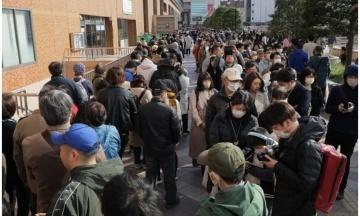 Тисячі японців порушили заборону на масові зібрання, аби подивитися на Олімпійський вогонь