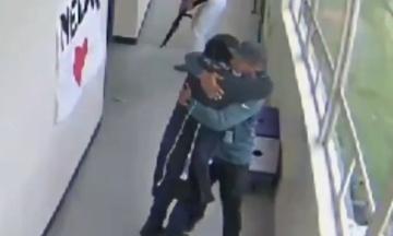 У США розкритикували появу ролика про те, як шкільний тренер обеззброїв студента обіймами