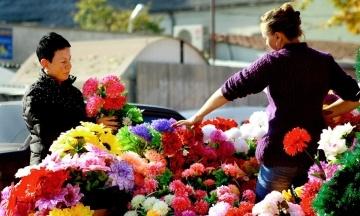 «Не имеют ничего общего с христианством». ПЦУ призвала украинцев отказаться от пластиковых цветов на кладбищах