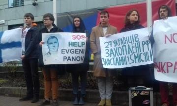 Сім'ї українських політв'язнів пікетували посольство Німеччини з вимогою не скасовувати санкції проти Росії