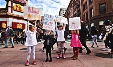 «День дівчат». У Twitter та Instagram розповідають історії, щоб привернути увагу до дискримінації жінок