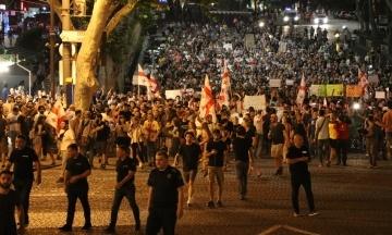 Вночі: активісти у Грузії оголосили безстроковий протест, письменниця звинуватила Трампа в зґвалтуванні, а Іван Дорн збирається стати мером