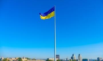 Прапор завдовжки 2,7 км, найвищий флагшток, пісні та танці від дипломатів. Як Україна святкує День Державного Прапора