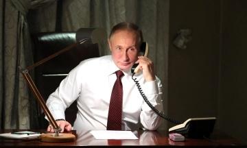 Кремль показав, як Путін онлайн голосував на виборах. Він двічі тицьнув по клавіатурі й одразу «голос враховано»