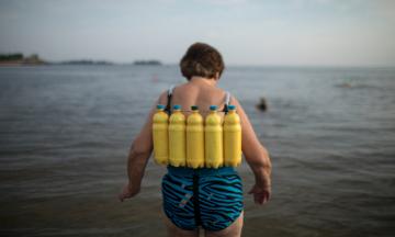 Бывший сварщик из Черкасс пережил две клинические смерти, а теперь делает «целительные» жилеты из пластиковых бутылок. Как он собрал последователей и стал знаменитостью — репортаж theБабеля