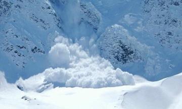 В Івано-Франківській області зійшли п'ять лавин. У Карпатах оголосили штормове попередження