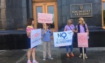 Під Адміністрацією президента протестували через слова Разумкова про «зґвалтування»