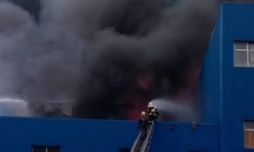У столичній Дарниці горять склади. Площа пожежі — сім тисяч квадратних метрів