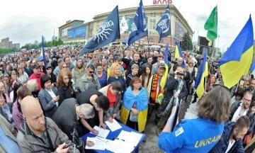 В Харькове третий день бушуют страсти вокруг палатки на площади Свободы. Горсовет хочет ее демонтировать, а в полиции говорят — стоит законно. Что происходит?