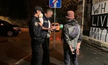 Кличко під час прогулянки Києвом знайшов двох хлопців, які малювали графіті. Поки викликав поліцію, один із них утік